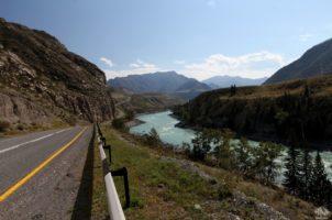 Чуйский тракт. Дорога повторяет изгибы реки.